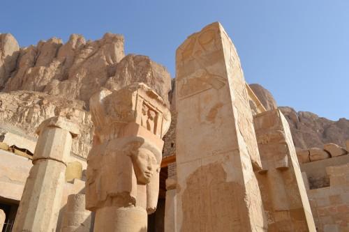 Colunas no templo da rainha