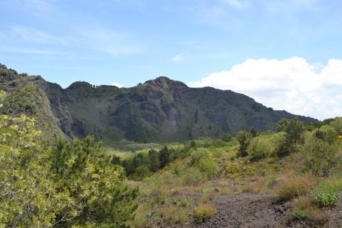 Parte interna do parque e com restos da cratera antiga
