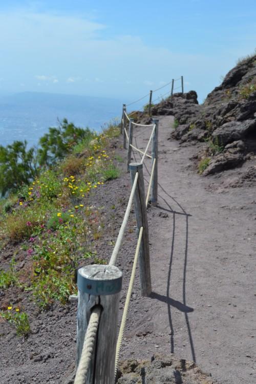 Trilhazinha no fim do topo do Vesúvio, pra descer por trás dele