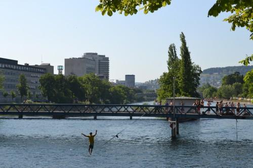 Slacklining no rio gelado, mas é verão então tudo bem