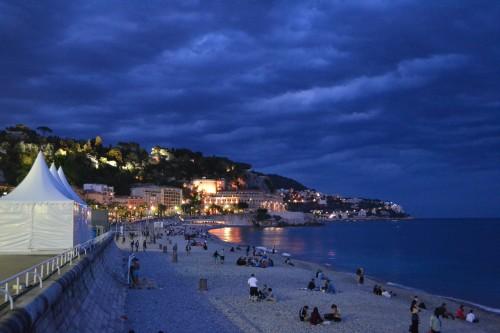 Logo após pôr-do-sol na praia principal de Nice
