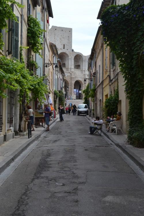 Ruazinha de Arles com a arena romana no fundo