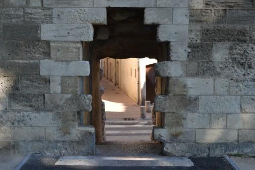 Uma das passagens pra entrar na cidade pela muralha de pedra do castelo :-)
