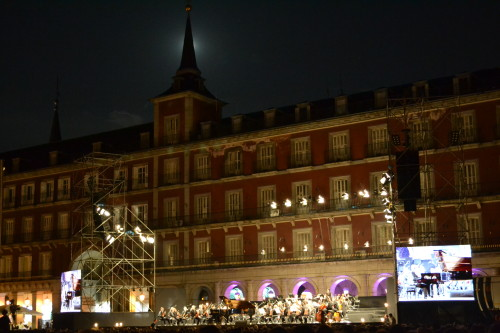 A lua se escondeu pro concerto na Plaza Mayor