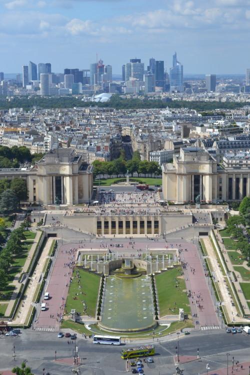 Trocadéro na frente, La Défense ao fundo