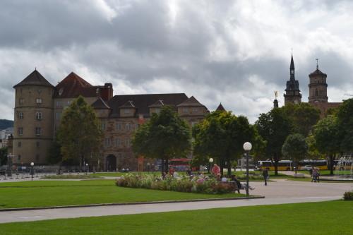 Praça central de Stuttgart com o palácio, mercado e castelo deles