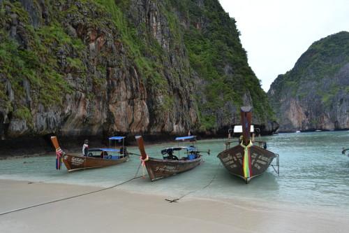 Barcos em Maya Bay (o nosso é o da direita)