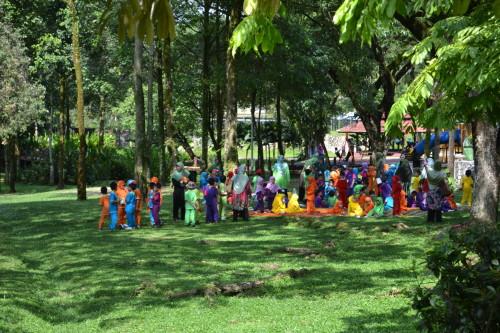 Crianças teletubbies de uma escola muçulmana, Jardim Botânico