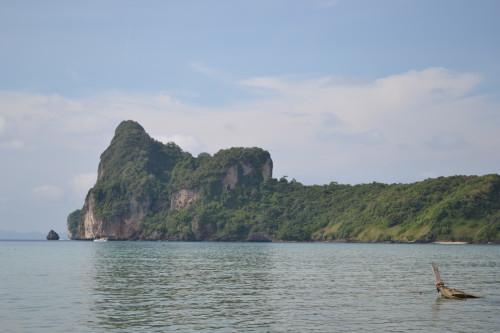 Um barco afundado na praia olhando pra Loh Dalum Bay
