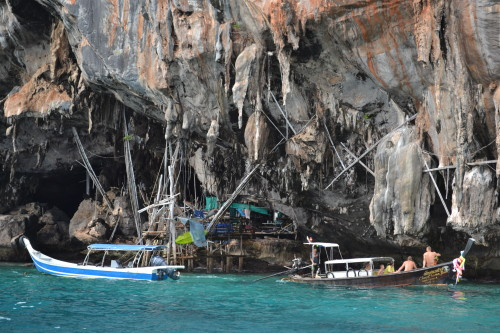 Passando pelas cavernas à caminho de Maya Bay