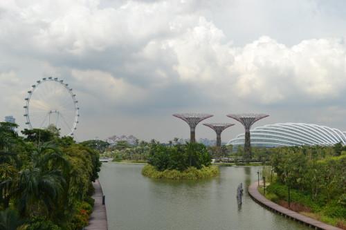 Saída dos jardins com estufa e roda gigante (maior do mundo atualmente)