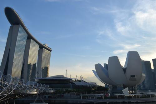 """O tal prédio na esquerda com a ponte """"DNA"""" e o museu de ciências"""
