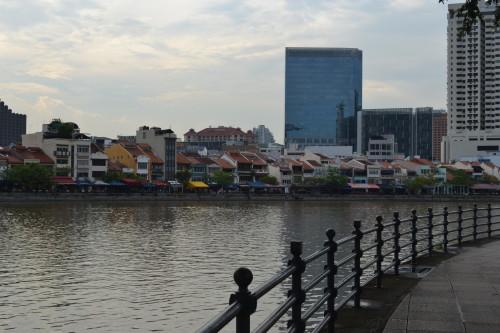 Orla do rio com trocentos restaurantes e bares hipsters