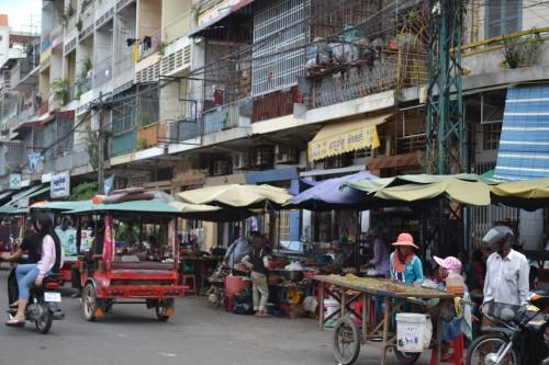 Uma das milhares de ruas movimentadíssimas de Phnom Penh
