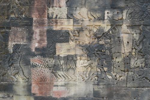 Detalhe das paredes com relevos nas ruínas