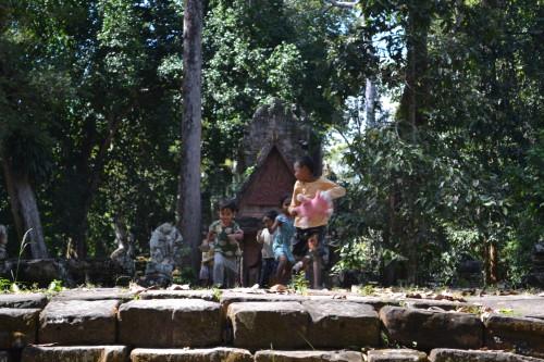 Crianças brincando nas ruínas (enquanto os pais trabalham)