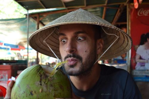 Caio curtindo uma água de coco em Siem Reap, Cambodia