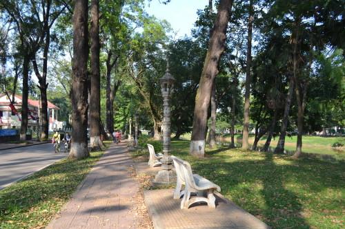 Uma avenida paralela ao rio, bem arborizada e limpa