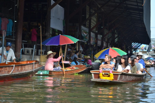 Vendedores puxam turistas com ganchos lá