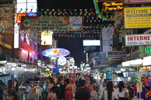formigueiro da Khao San Road à noite