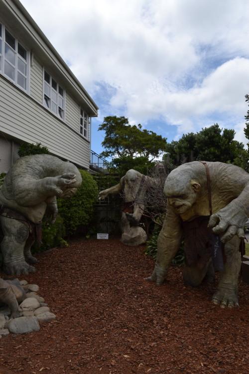 Trolls enormes na entrada da Weta