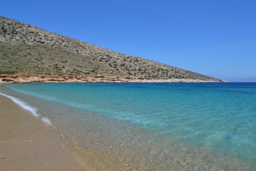 A praia linda, isolada e vazia de Agia Theodotis na ilha de Ios, da Grécia