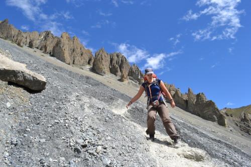 Dani atravessando o precipício a caminho do Tilicho Lake, no Nepal