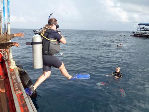 Dani saltando para o primeiro mergulho em Koh Tao, Tailândia