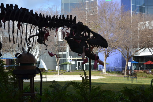 Escultura do T-Rex que tem no campus do Google