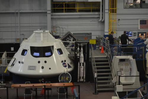No prédio onde mexem em protótipos e astronautas treinam em equipamentos