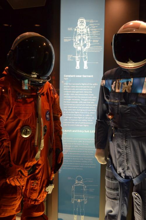 Não é o Daft Punk, são os trajes antes e após a Challenger