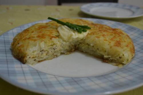 Rösti de queijo colonial e ervas, requeijão e cebolinha por cima :-)
