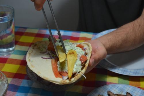 Ordem no pão: carne, cebola, tomate, tzatziki e batata