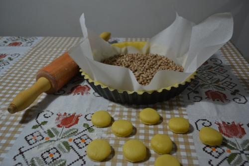 Truque: bote feijões em cima de papel manteiga sobre a massa, pra ela não inflar no forno